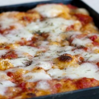 Pizza la tavă prin folosirea aluatului direct